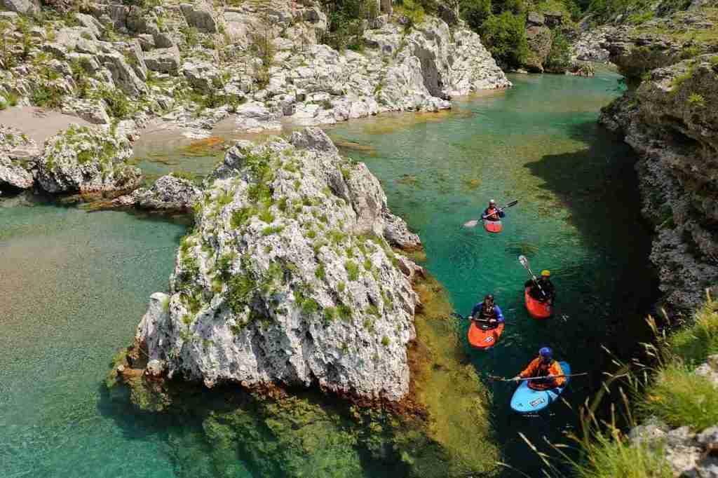 Piękne formy skalne w krystalicznej wodzie