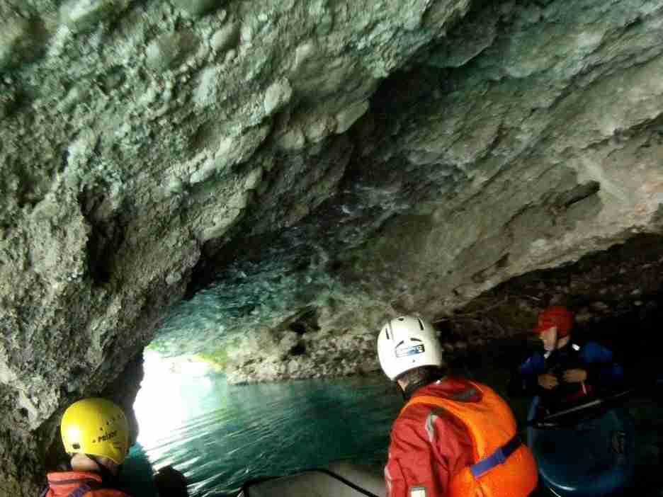 Tunel wydrązony przez rzekę w skale