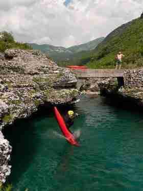 Kowal skacze ze skały