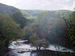 Widok od wodospadu w dół rzeki
