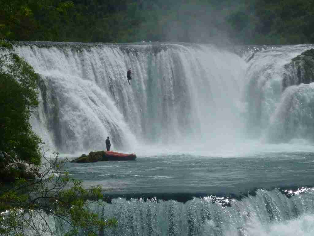 Skok z wodospadu- ponton już na dole