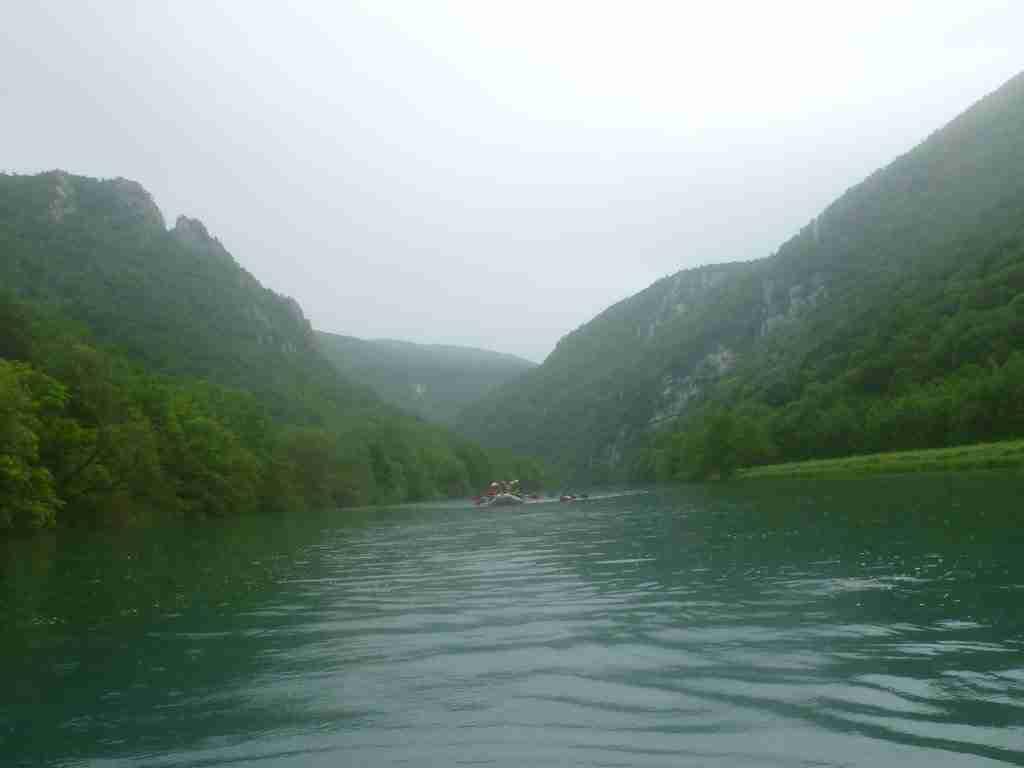 Stojąca woda za krótkim przełomem rzeki