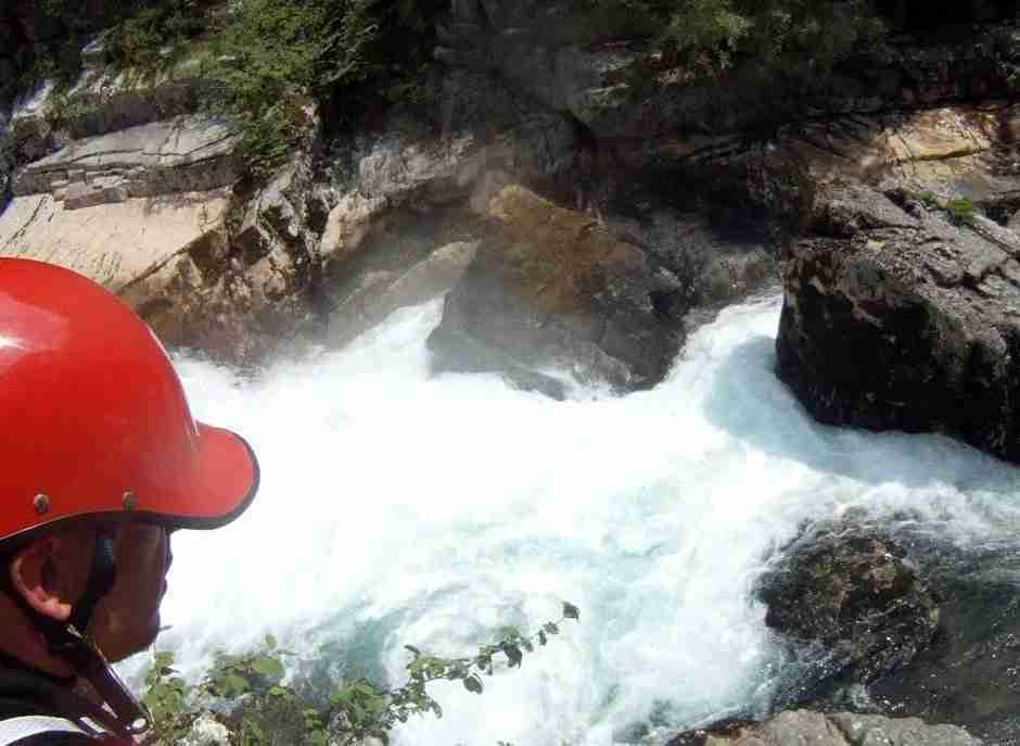 Rzeka kończy się pod potężną skałą, nie ma szans na spłynięcie.